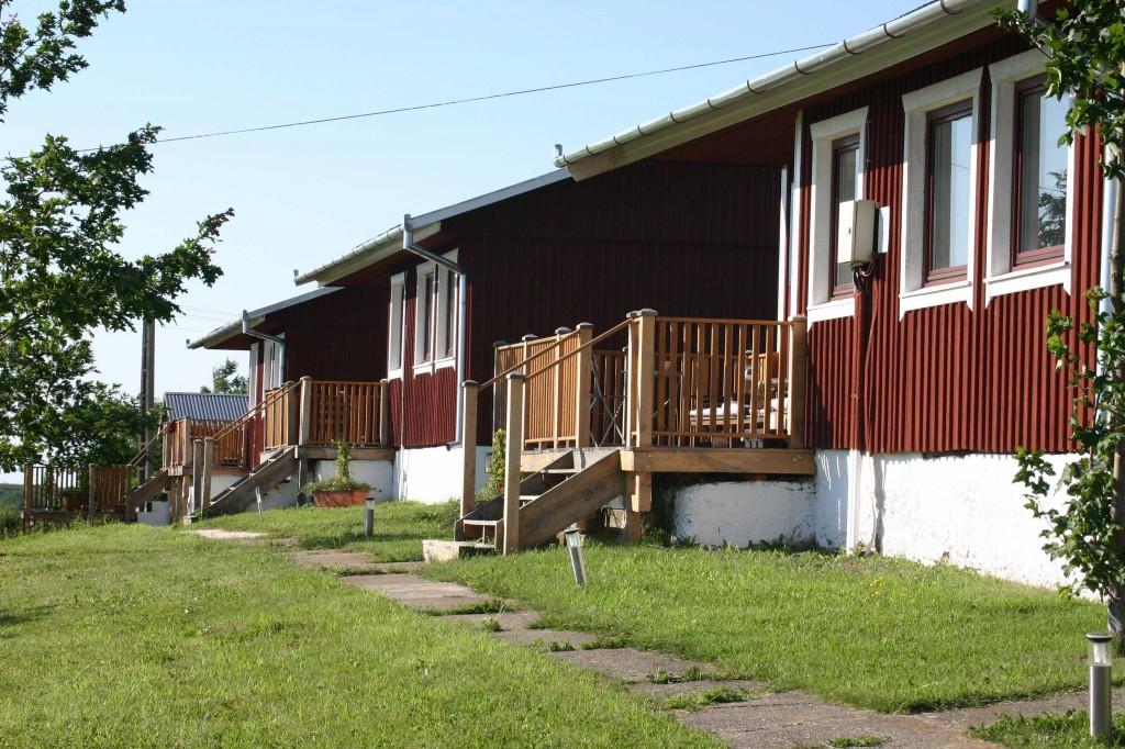 Avem, deasemenea, două cabane cu două dormitoare, în care pot să doarmă până la şase oameni. Aceste cabane tip apartament sunt echipate cu bucătărie privată şi baie spaţioasă cu duş, toaletă şi chiuvetă. Fiecare cabană are o terasă de unde puteţi admira peisajul.