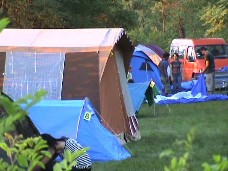 Avem loc de campare pentru corturi, cu acces facil la apă proaspătă şi o unitate de duşuri recondiţionată recent.