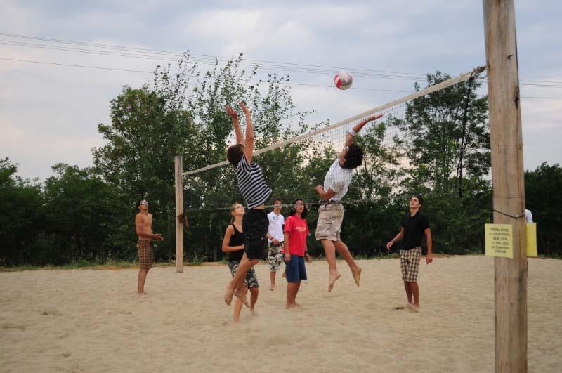 Avem un teren de sport cu suprafaţă mare, cu nocturnă, care poate fi folosit pentru fotbal, baschet şi alte jocuri. Avem şi un teren de volei şi o masă de ping-pong.