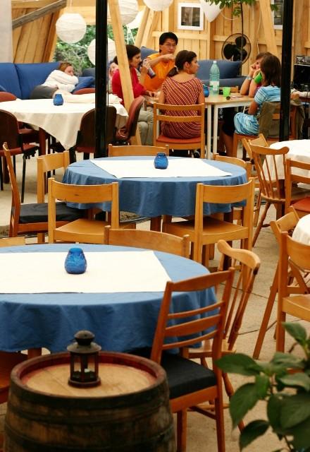 Pentru grupuri avem o zonă numită Grajdul, care este suficient de mare să încapă aprox. 160 de persoane pentru întâlniri seara sau în timpul zilei.