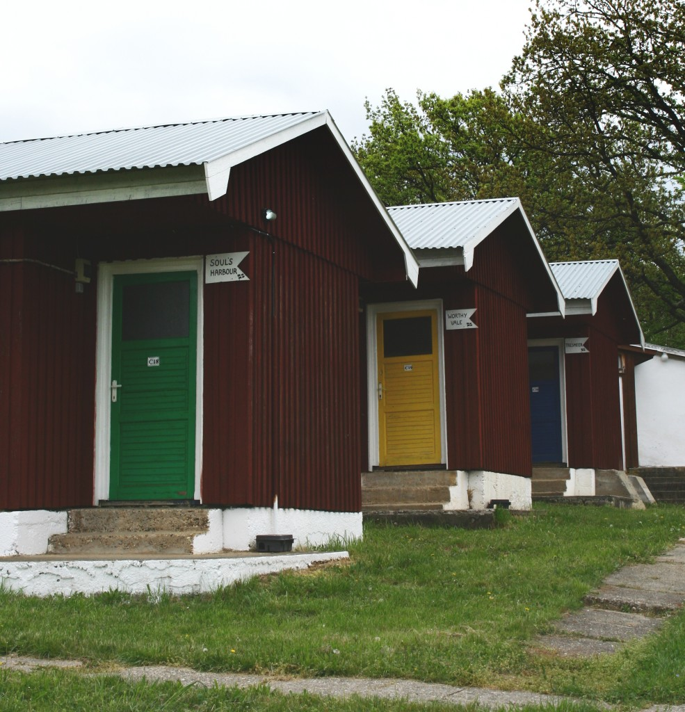 Avem 24 de cabane compuse din o cameră cu 3 paturi, o baie mică cu o toaletă şi chiuvetă. Recent am recondiţionat o unitate cu duşuri pentru cei care sunt cazaţi în Satul de Vacanţă.